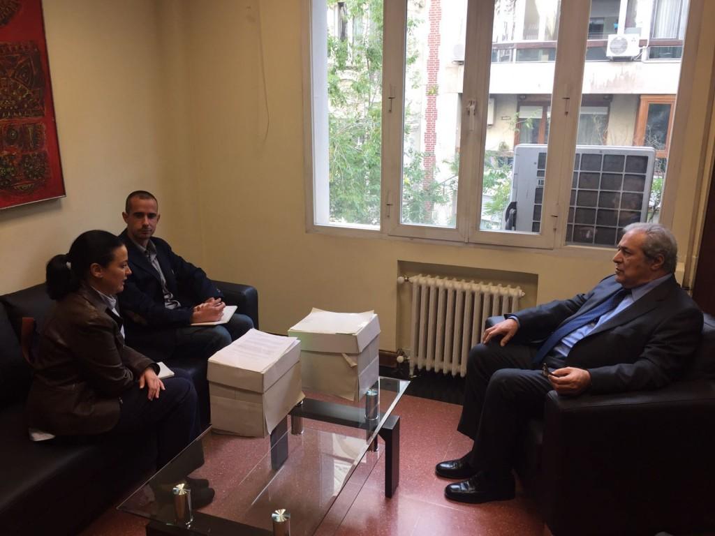 Entrega de las firmas al embajador de Guatemala en Madrid