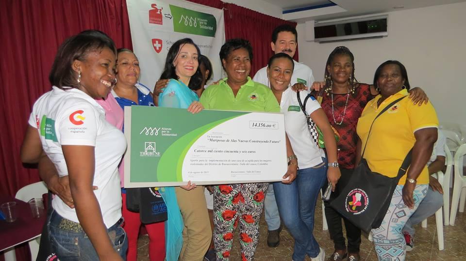 Entrega cheque Mujeres Mariposas Colombia