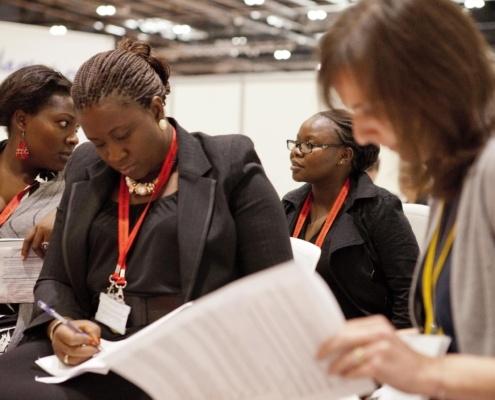 Delegadas participando en una cumbre global